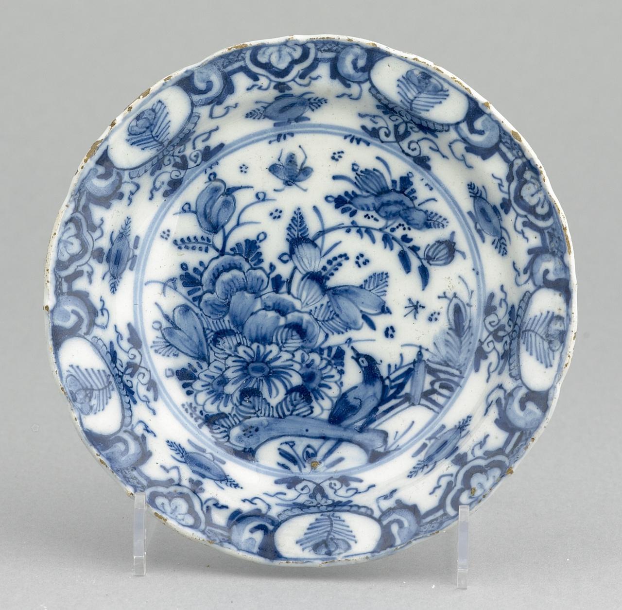 Bordje met florale motieven in onderglazuur blauw