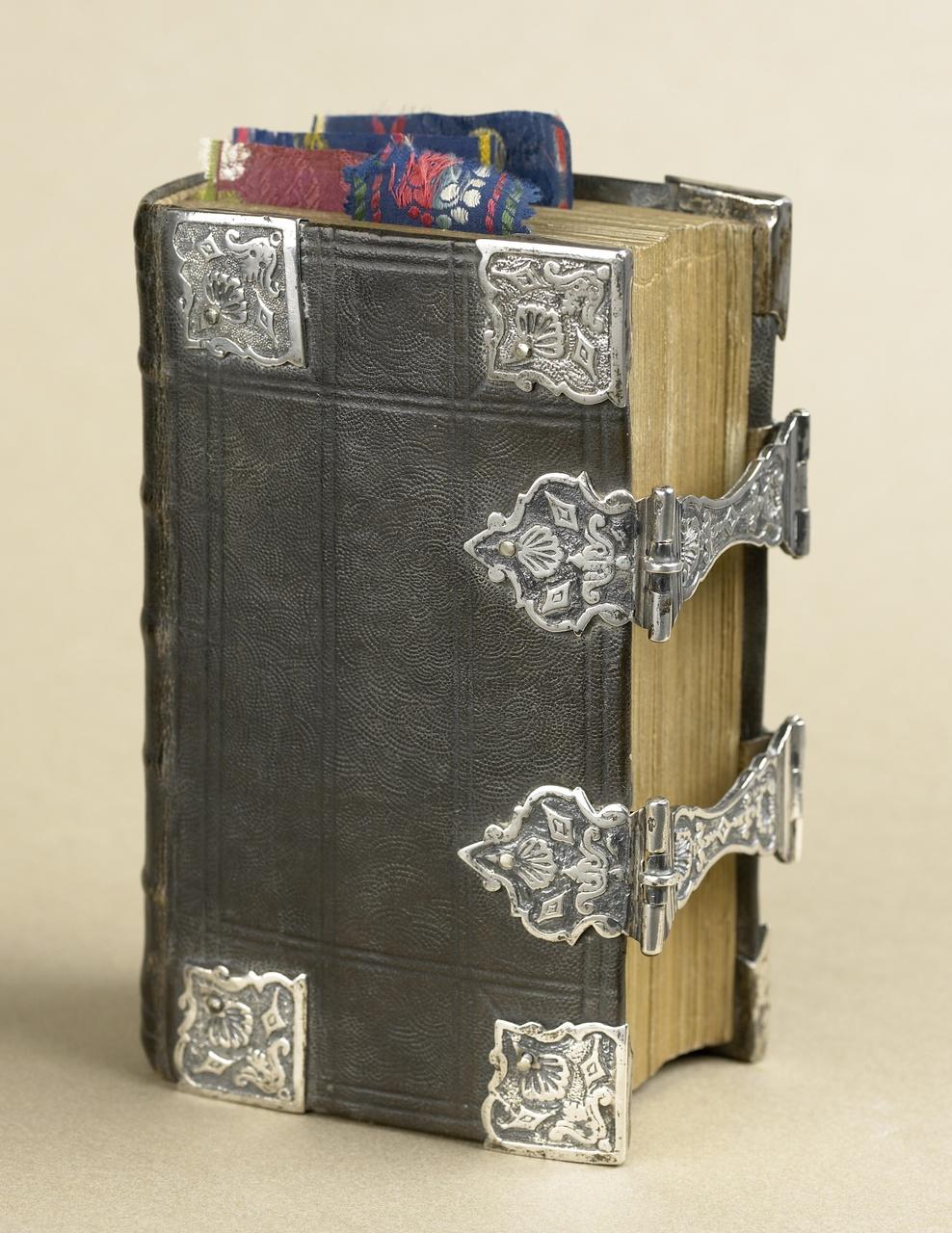 Kerkboek met zilverbeslag op leren omslag gegraveerd
