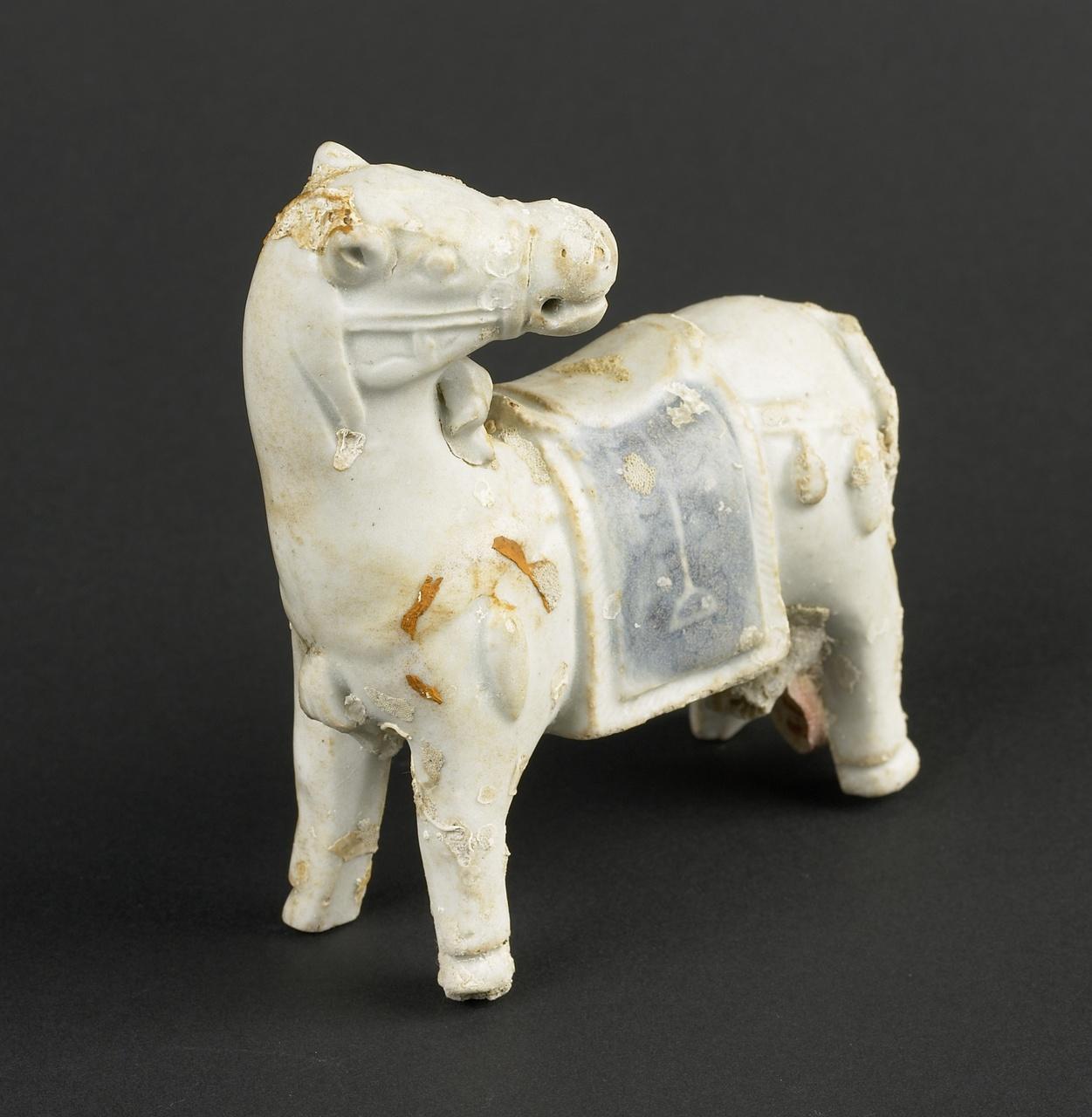 Beeldje voorstellende een gezadeld paard, afkomstig van het VOC-schip Geldermalsen