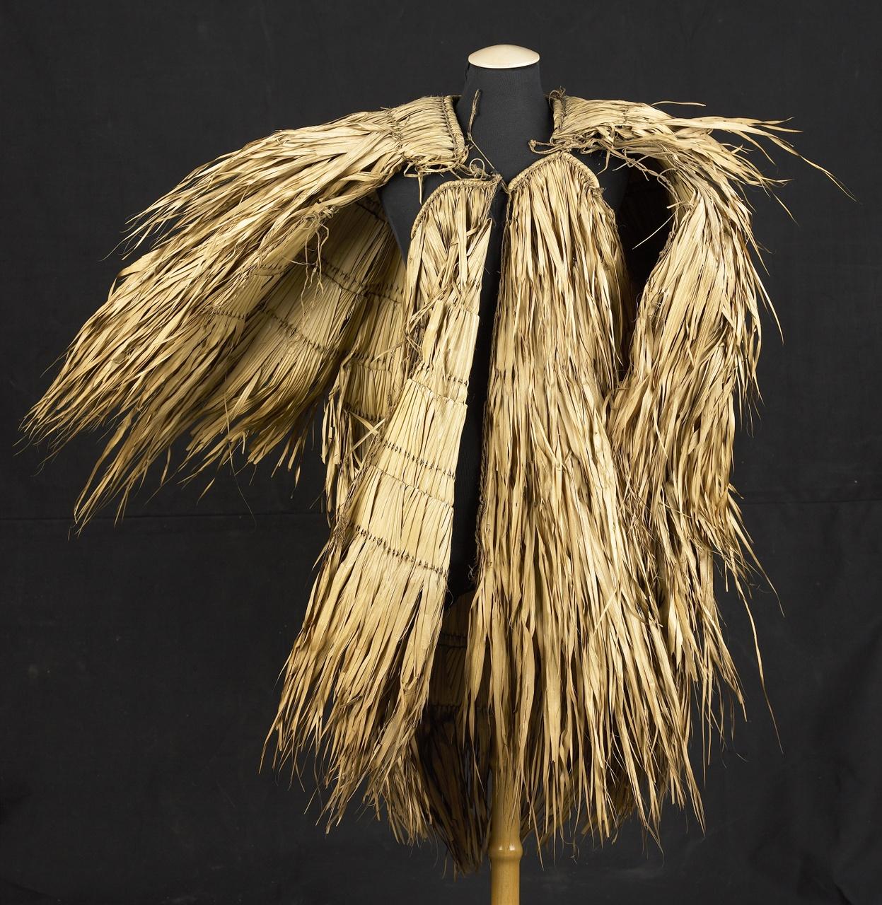 Mantel van boombladeren afkomstig van Dajak op Borneo