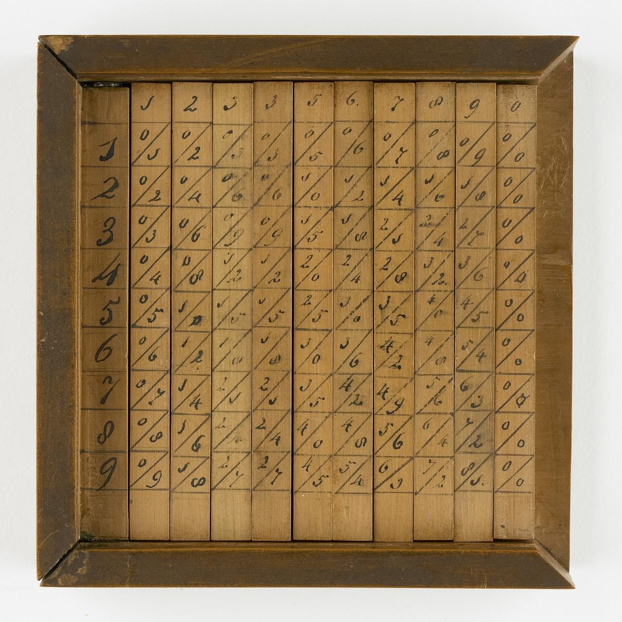 Elf rekenstaafjes in een houten doos