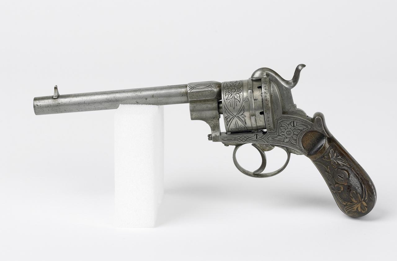 Revolver versierd met bloemmotieven