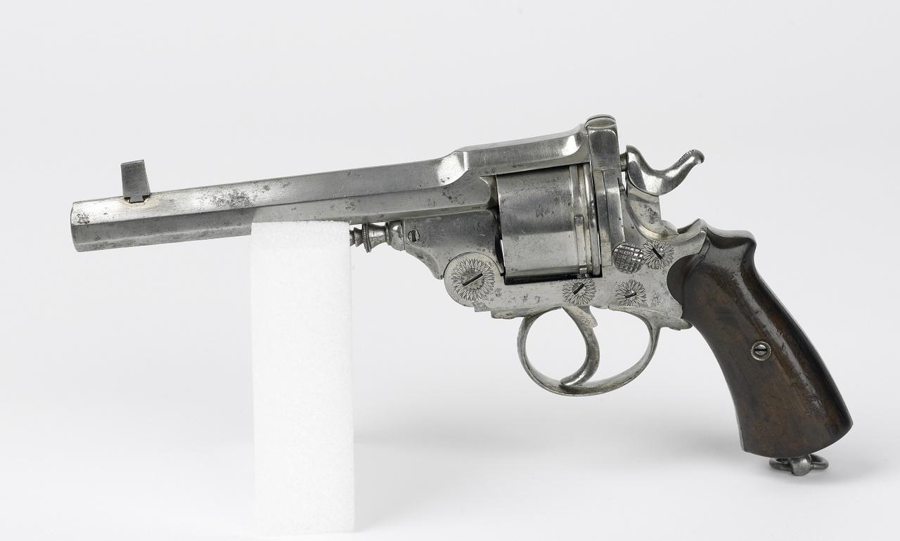 Revolver versierd met enkele bloemmotieven