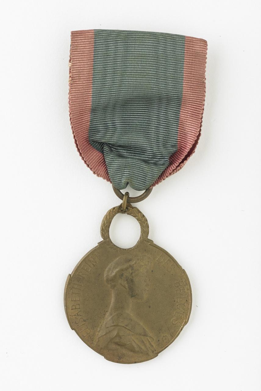 Medaille van de orde van Koningin Elisabeth van België aangeboden aan Anne Bolle uit Middelburg voor haar hulp aan Belgische vluchtelingen bij het uitbreken van de Eerste Wereldoorlog