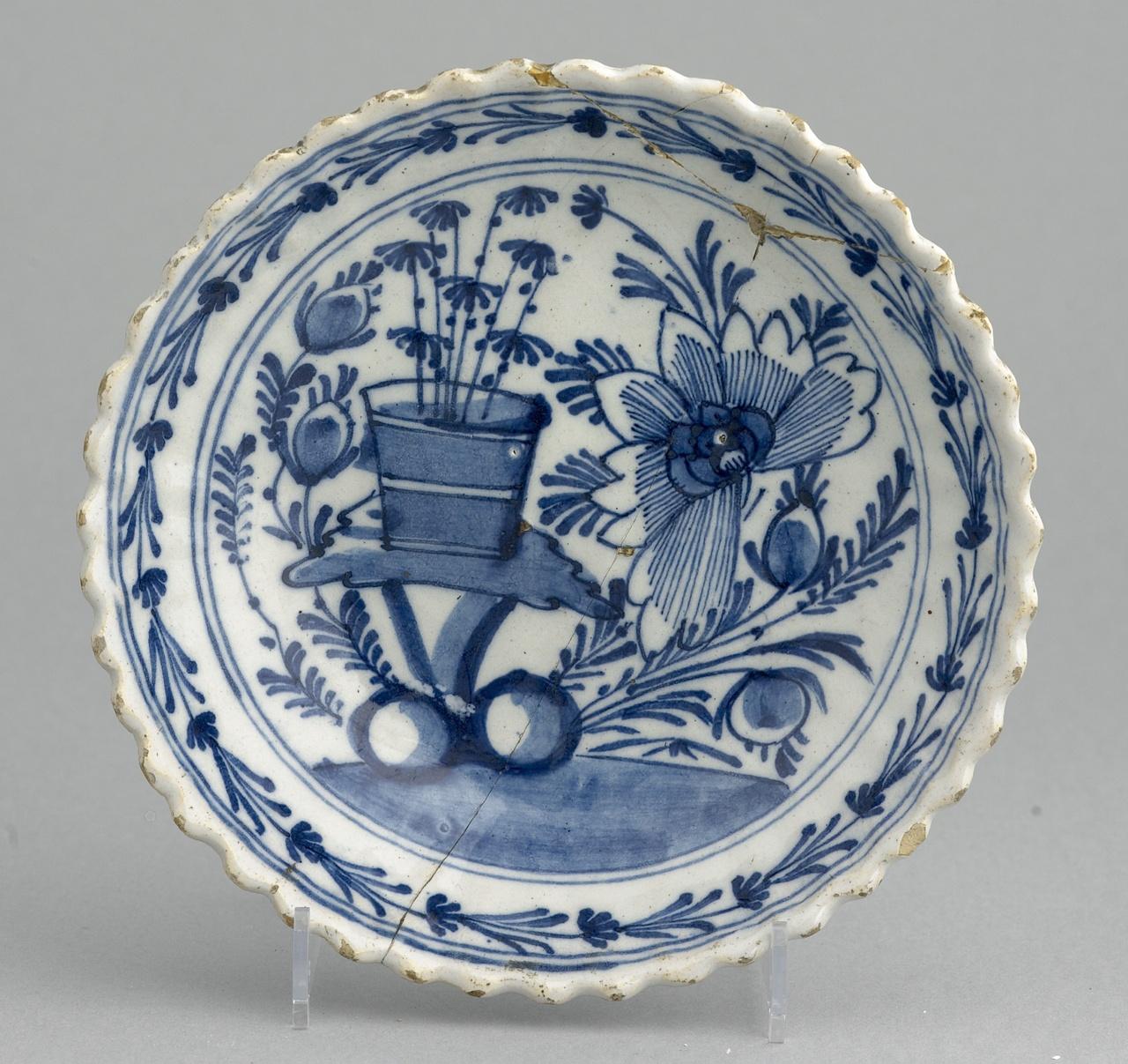 Verdiept bord met florale motieven in onderglazuur blauw