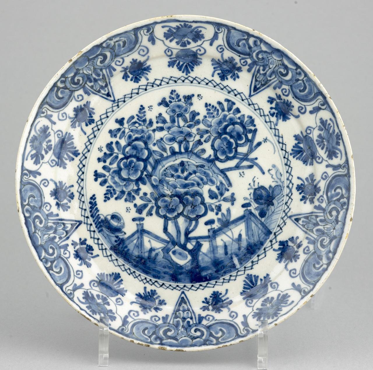 Bord met theeboom in onderglazuur blauw, De Witte Ster