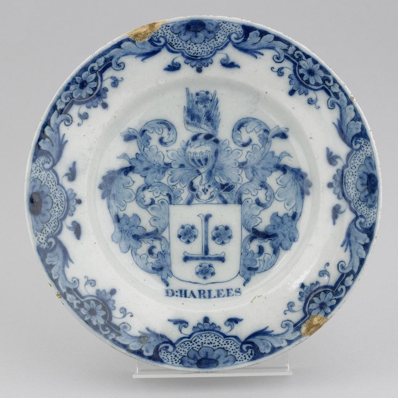 Bord met wapenschild in onderglazuur blauw, De Porceleyne Fles