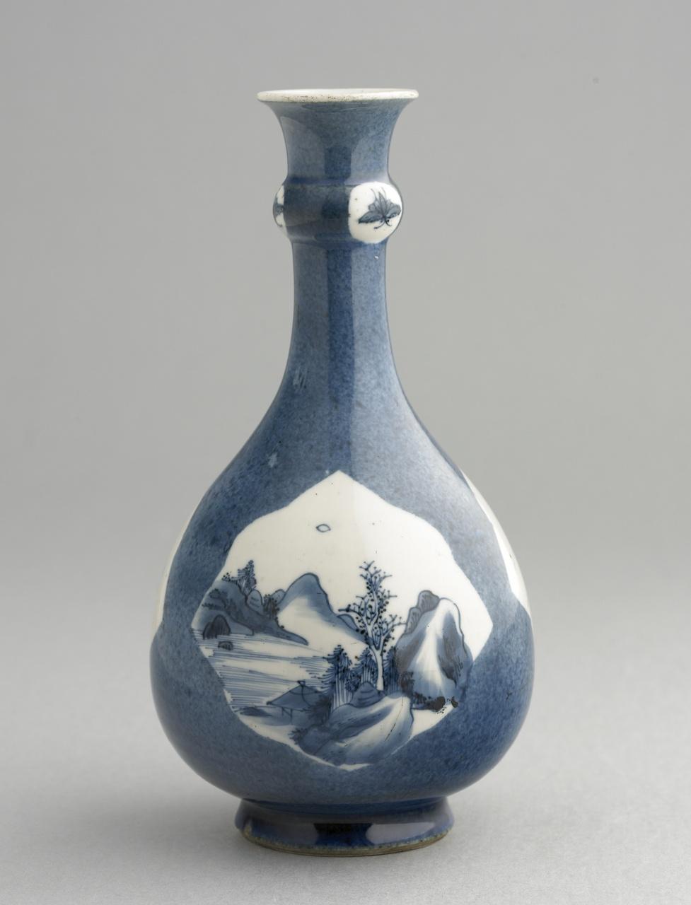 Peervormige powder blue fles met decoratie in onderglazuur blauw