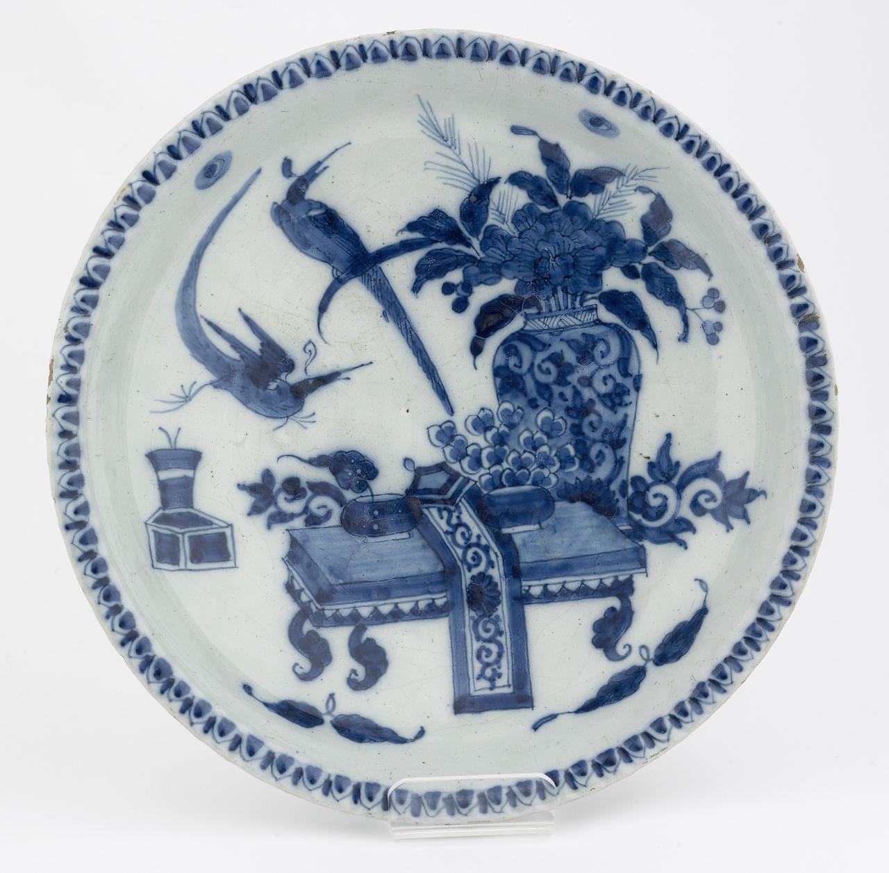 Bord met Chinoiserie decoratie in onderglazuur blauw, De Drie Posteleyne Astonne