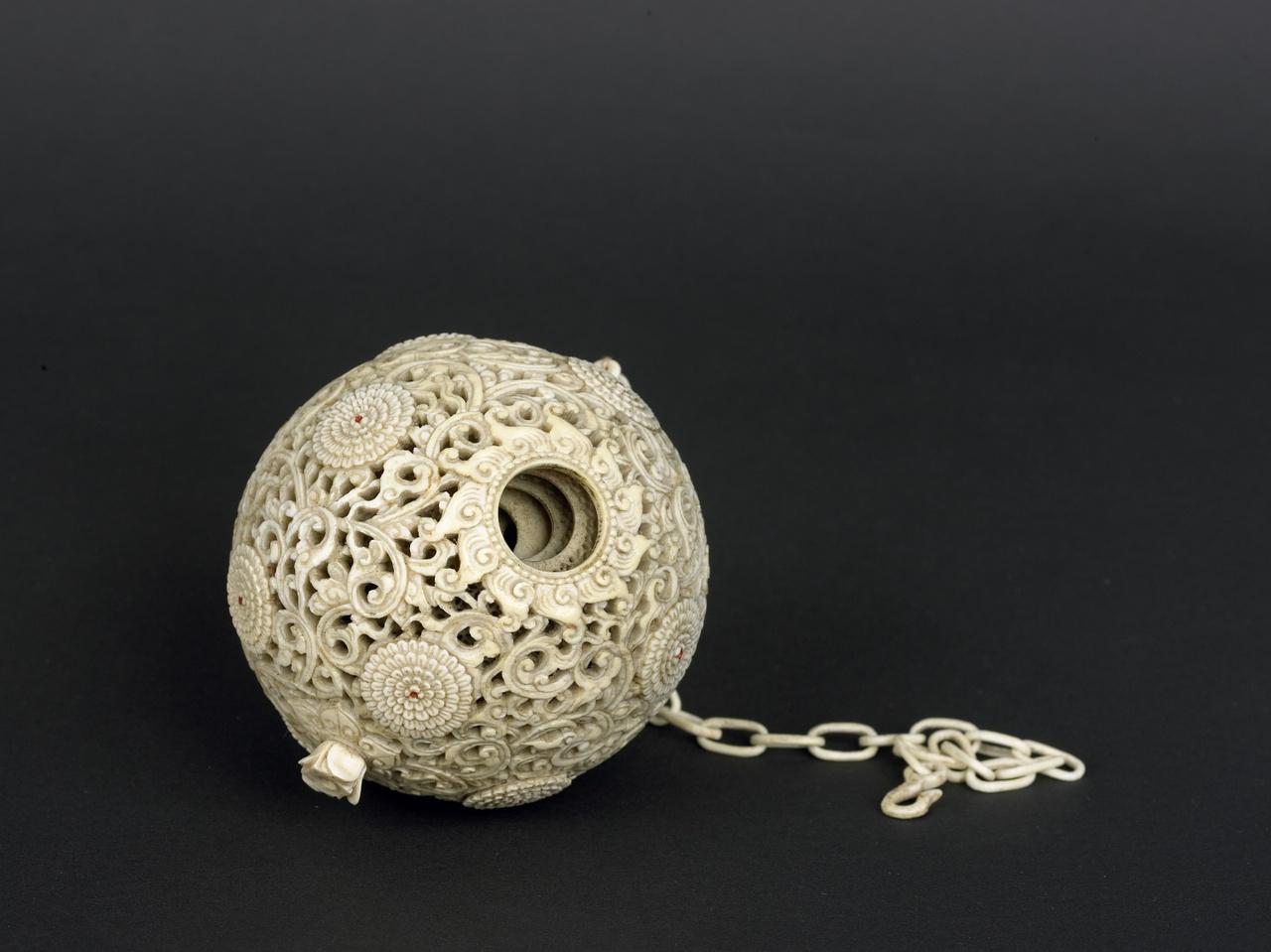 Ivoren sierbal van ajoursnijwerk met daarin 6 kleinere ballen