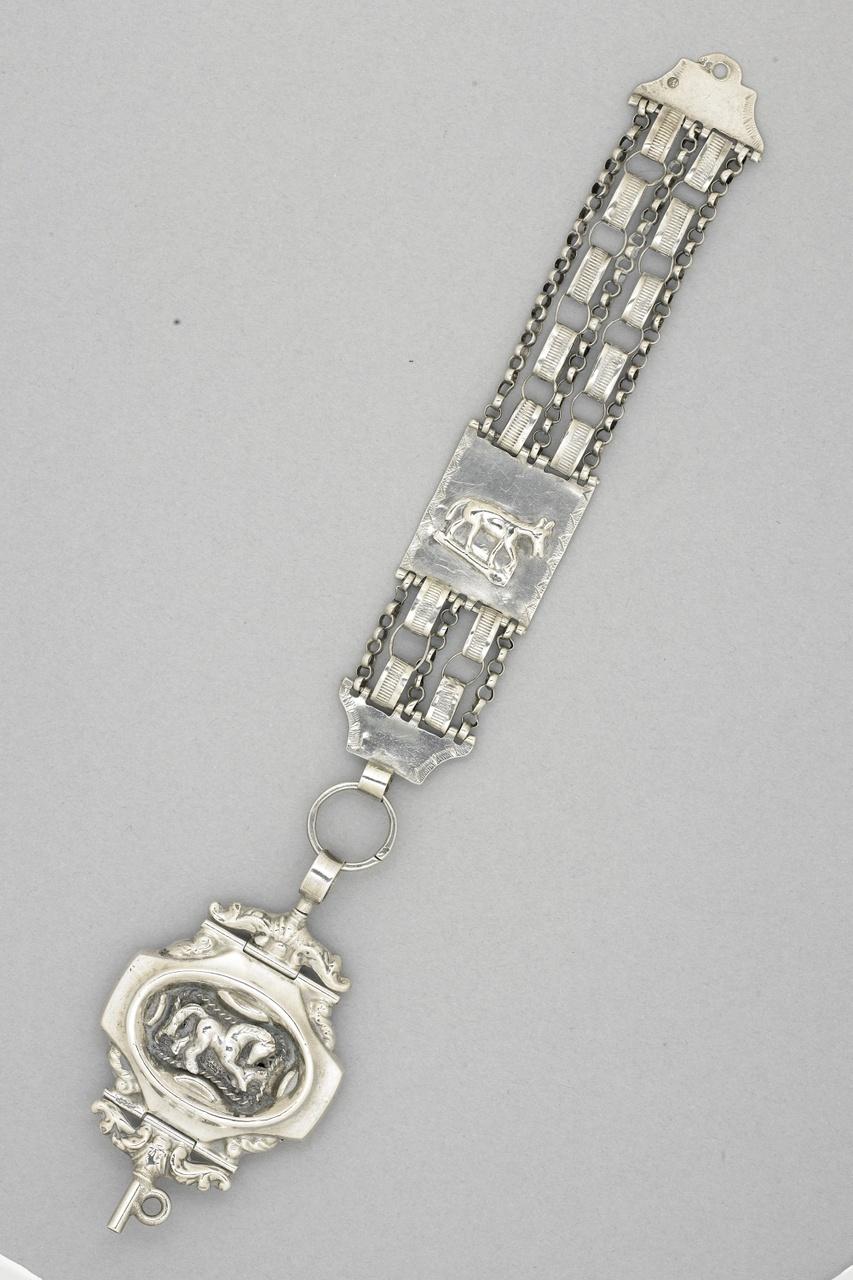 Horlogeketting zilver, zilvermerken op middenstuk, liggende leeuw Mercuriuskop