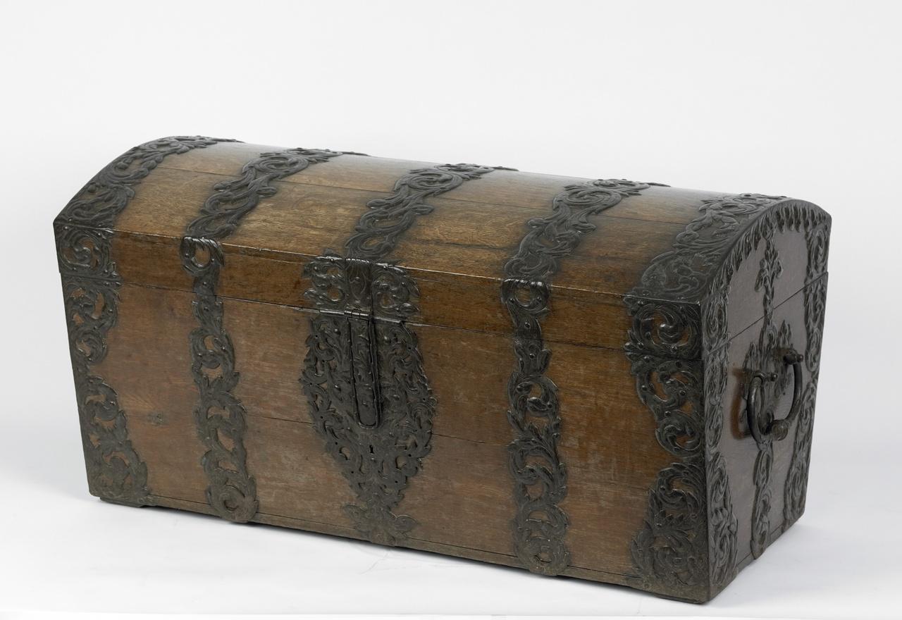Kist met fraai ijzeren beslag en gewelfde deksel om kleding of huisraad in op te bergen