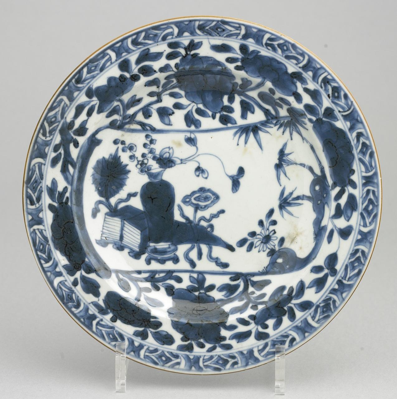 Bord blauw en wit,  decor: vaas op tafel