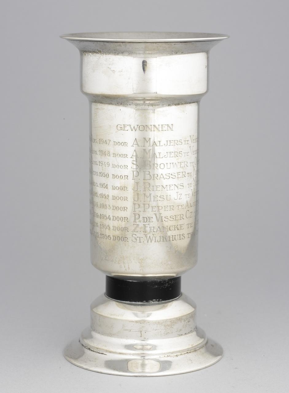 Zilveren prijsbeker van de ringrijders, aangeboden door Mr. P.C. Adriaanse, N.V. Zilverfabriek Voorschoten