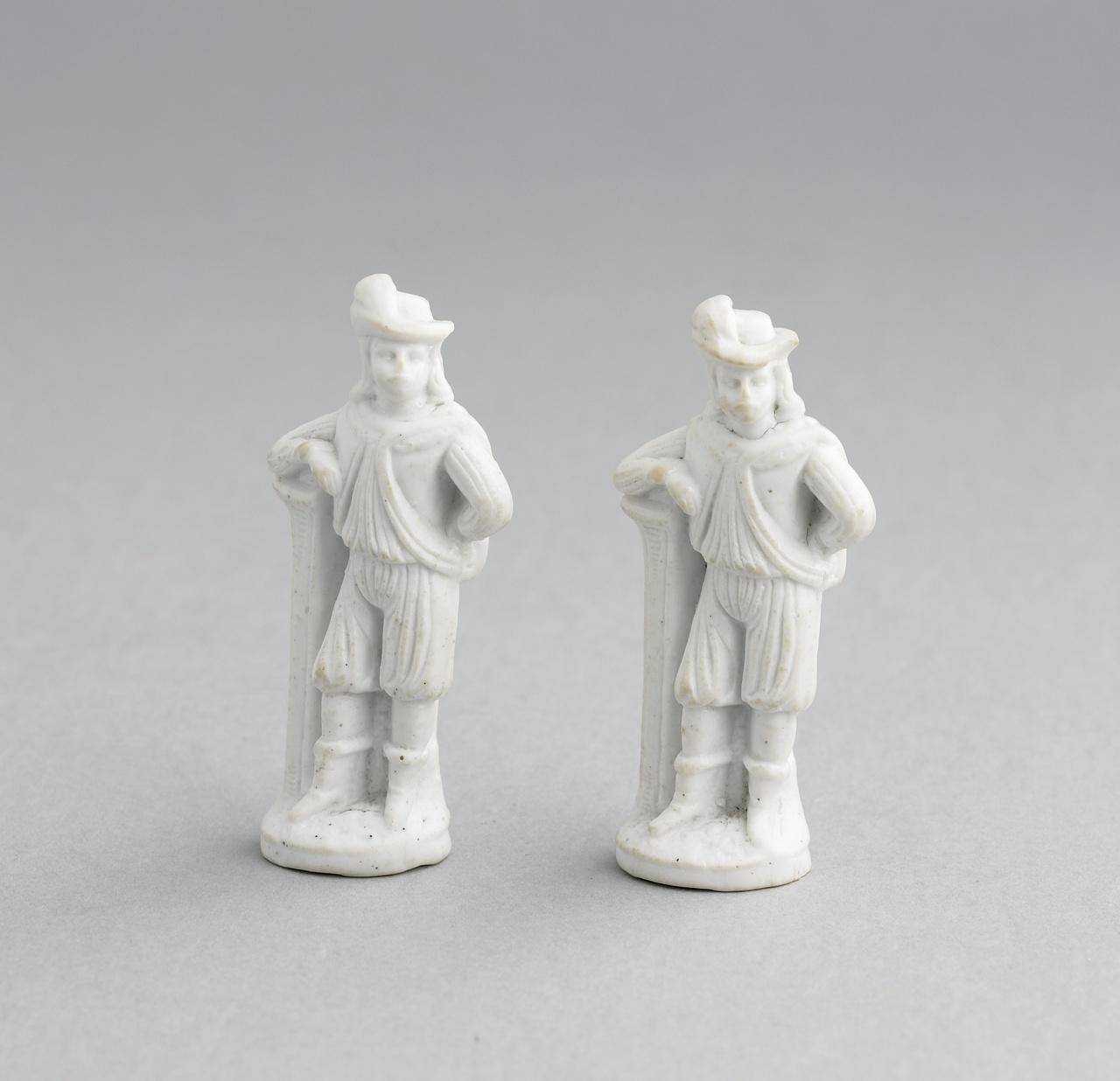 Twee beeldjes, voorstellend een man in fantasie Spaans costuum