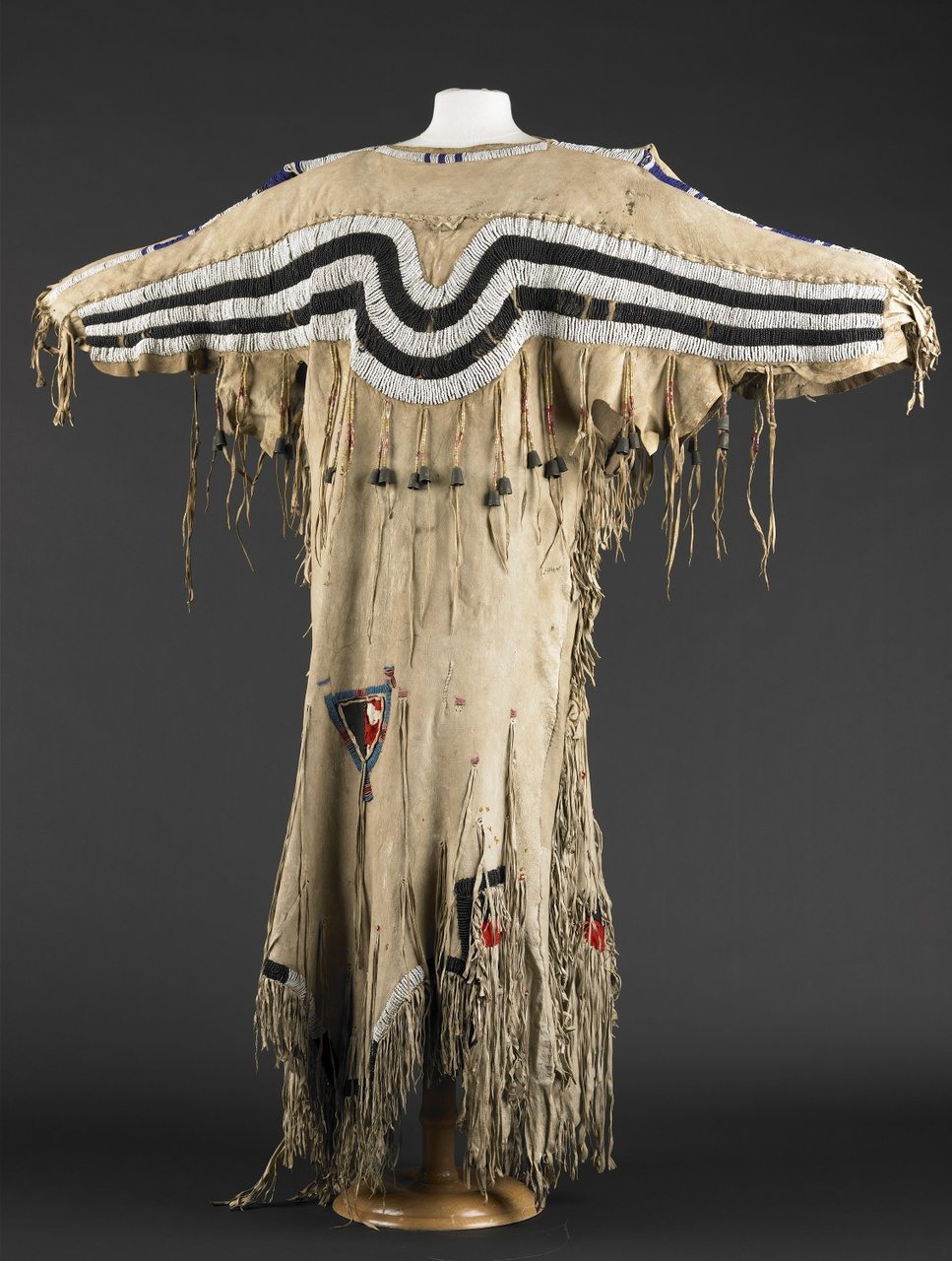 Leren jurk gedragen door een Zwartvoet Indiaanse vrouw, Zwartvoet Indianen (volk)