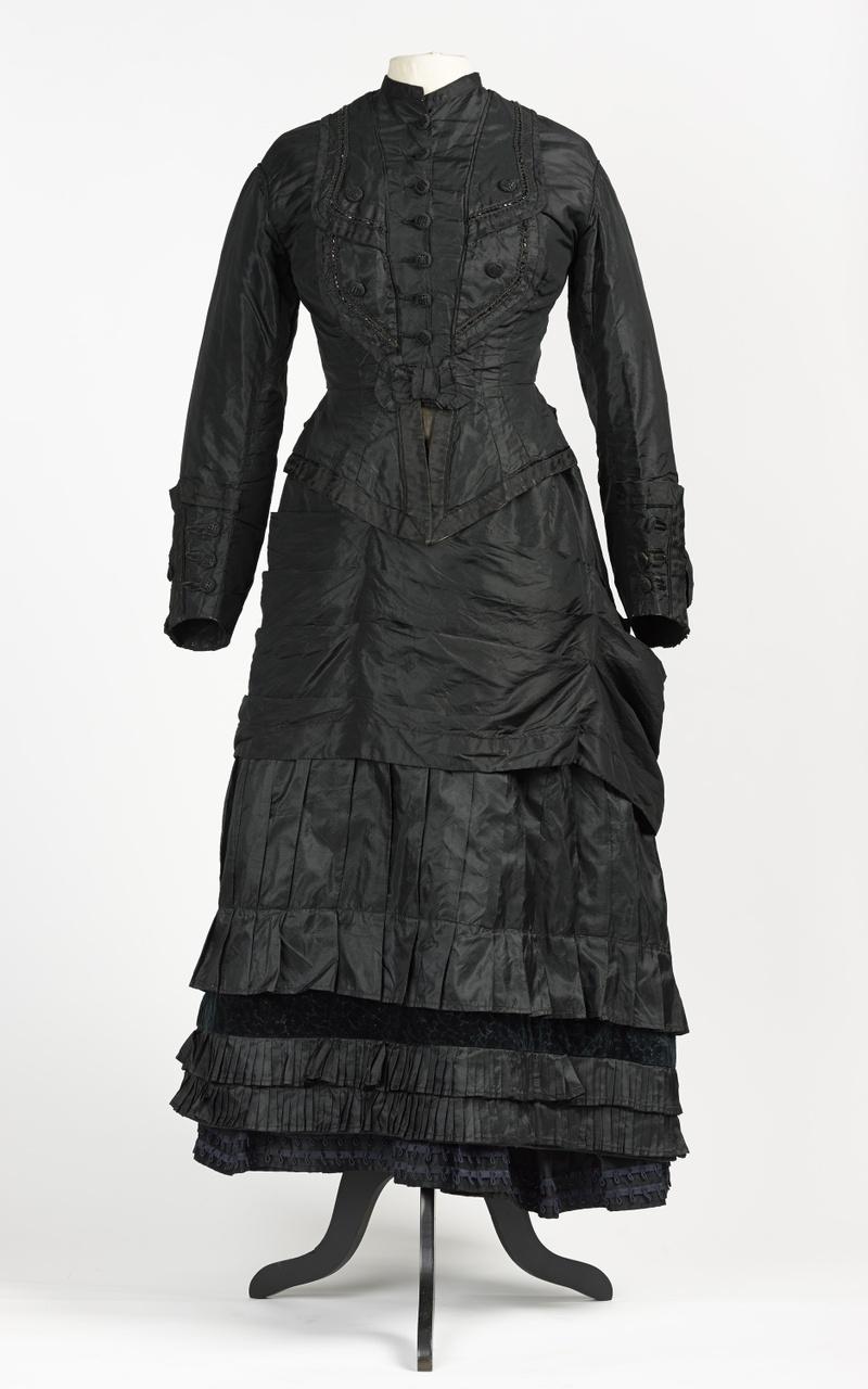 Zwart zijden jak met versieringen