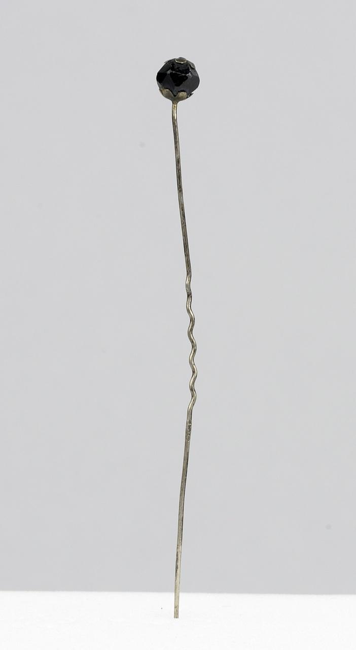 Zilveren speld met gefacetteerd knopje van glaskraal