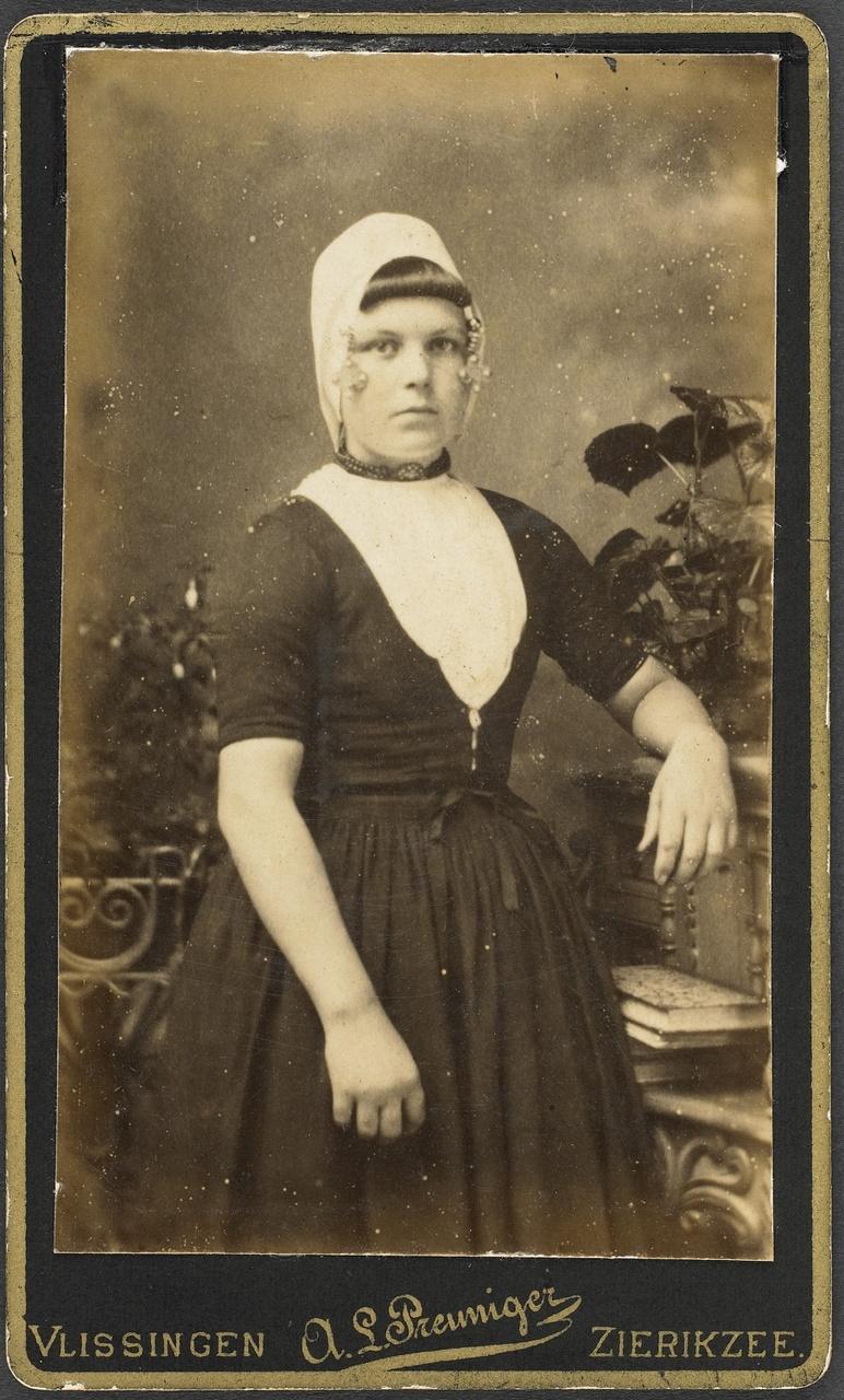 Foto met streekdracht, A.L. Preuniger